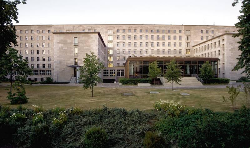 Bundesfinanzministerium, Frontalansicht des Gartens