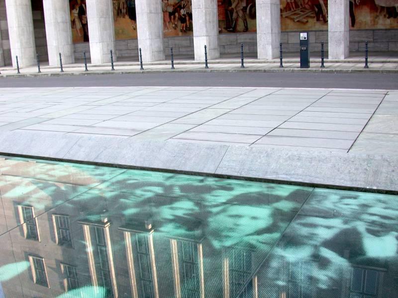 """""""Denkmal für die Ereignisse des siebzehnten Juni Neunzehnhundertdreiundfünfzig"""""""