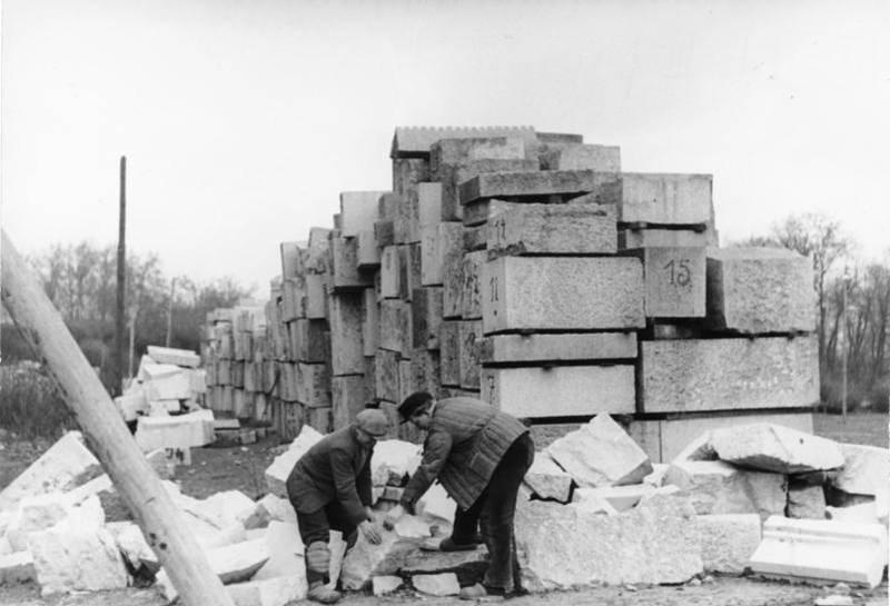 Marmorblöcke aus der zerstörten Reichskanzlei