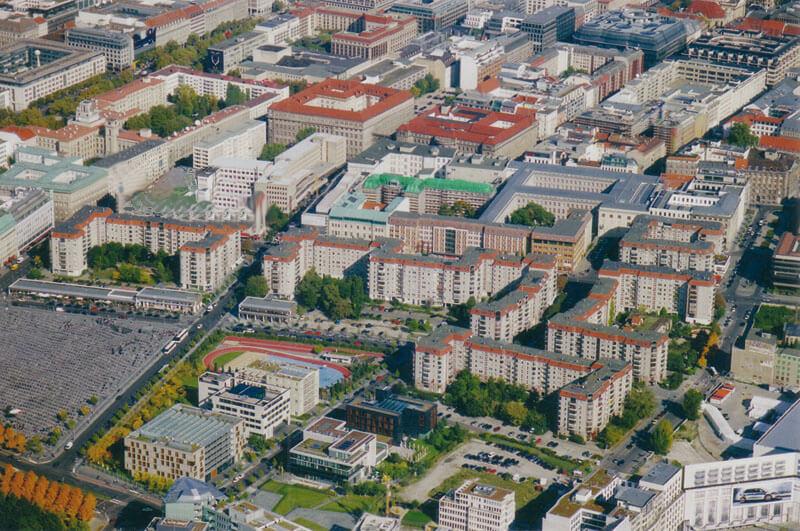 DDR-Plattenbauten, Blick nach Osten, Abgerissener Block (2017) an der Kreuzung Wilhelmstraße/Behrenstraße