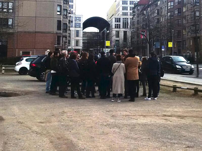 Touristengruppe auf dem Parkplatz über dem ehemaligen Führerbunker, Berlin