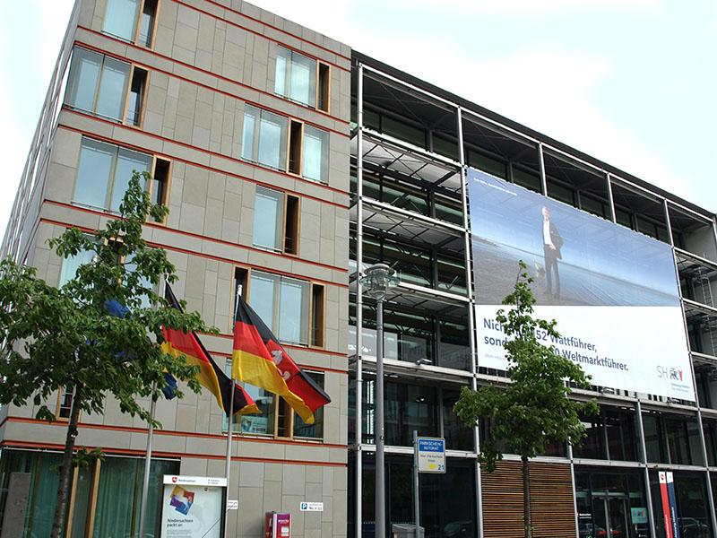 Landesvertretungen Niedersachsen und Schleswig-Holstein, Fassade zur Straße In den Ministergärten