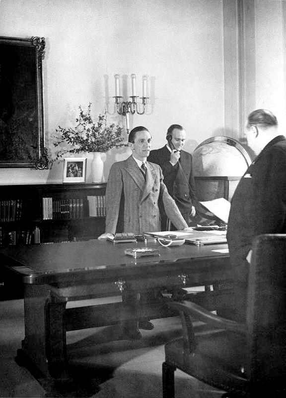 Joseph Goebbels im Arbeitszimmer