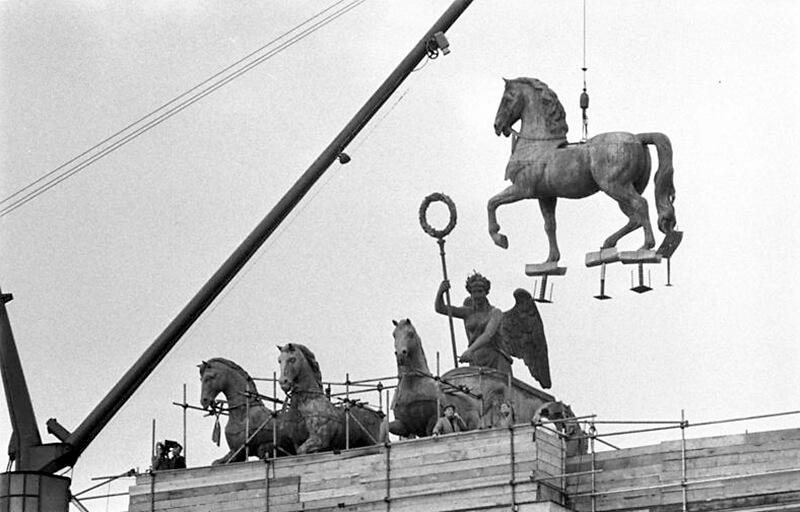 Das letzte Pferd der Quadriga wird auf das Tor gehoben