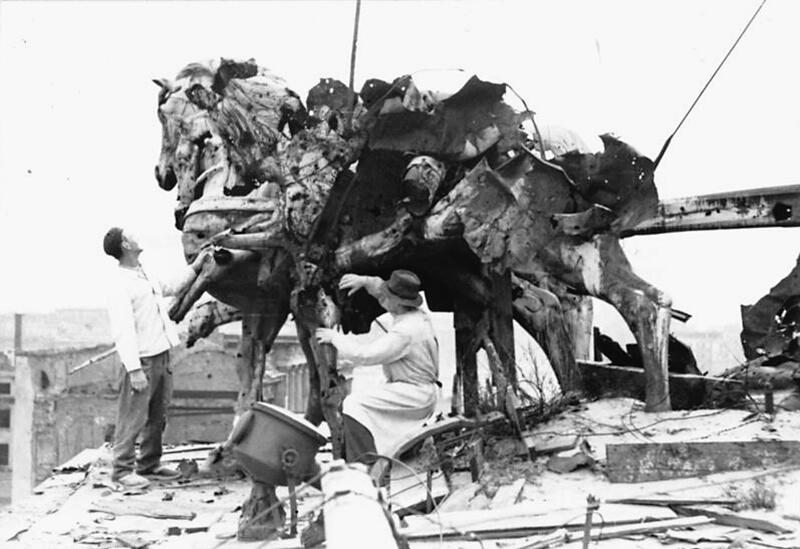 Die zerschossene Quadriga auf dem Brandenburger Tor, 1950