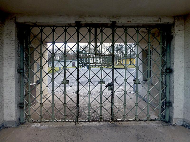 Eingangstor zum KZ Buchenwald. Inschrift JEDEM DAS SEINE