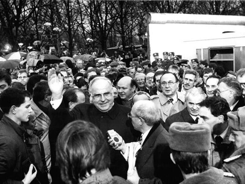 Grenzöffnung: Kanzler Helmut Kohl am Brandenburger Tor, Berlin 1989