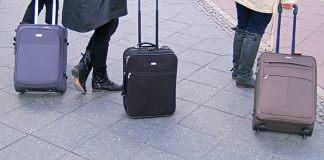 Drei Rollkoffer vor dem Berliner Hauptbahnhof