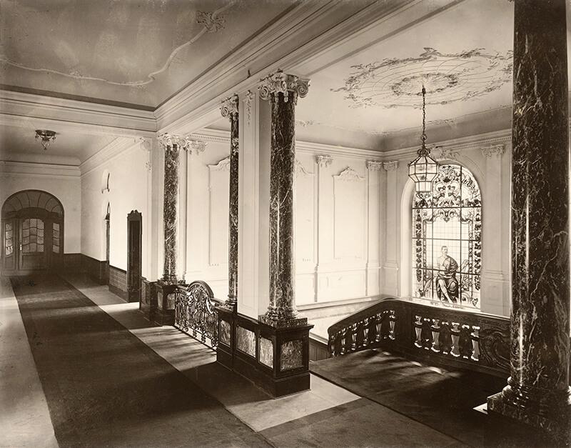 Dienstgebäude für das Preußische Staatsministerium und die General-Ordens-Kommission, Berlin: Treppenhaus und Korridor
