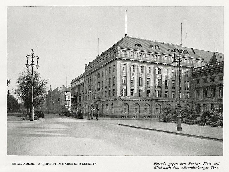 Hotel Adlon, Fassade gegen den Pariser Platz
