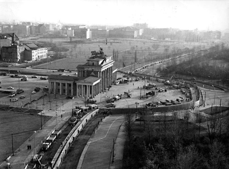 Mauerbau am Brandenburger Tor: links die verbliebenen Reste des Aus- und Umbaus