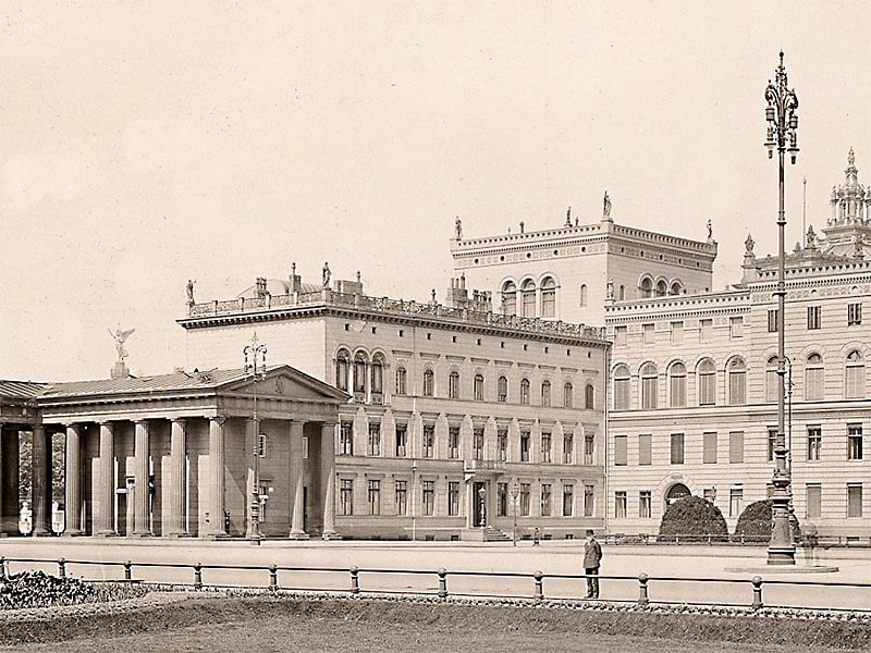 Blick schräg über den Platz nach Nordwesten mit Brandenburger Tor und Liebermann-Haus (Ausschnitt)