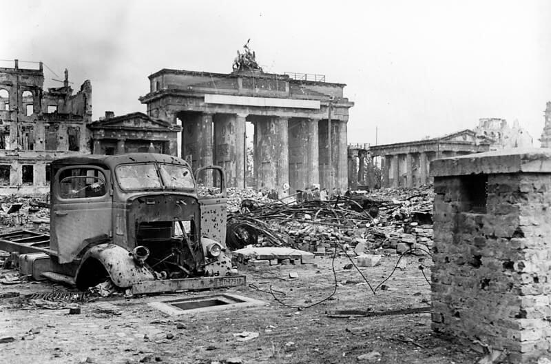 Blick über den Pariser Platz auf das Brandenburger Tor Anfang Juni 1945