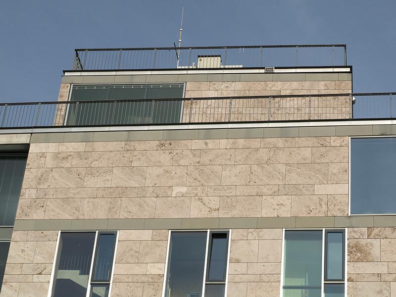 Umlaufende Dachterrasse mit Konferenzraum