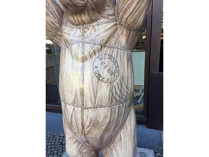 Buddy-Bear mit Poststempel, gestaltet von Junggeun OH