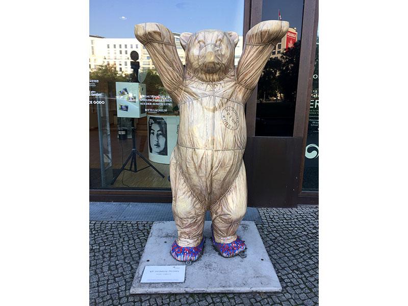 Buddy-Bear mit Poststempelvor dem Koreanischen Kulturzentrum
