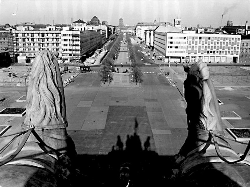 Pariser Platz, Blick von der Quadriga bis zu den Neubauten Unter den Linden