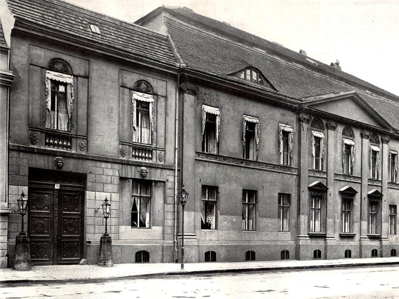 Wilhelmstraße 76: eines der Eingangsportale links des Haupthauses