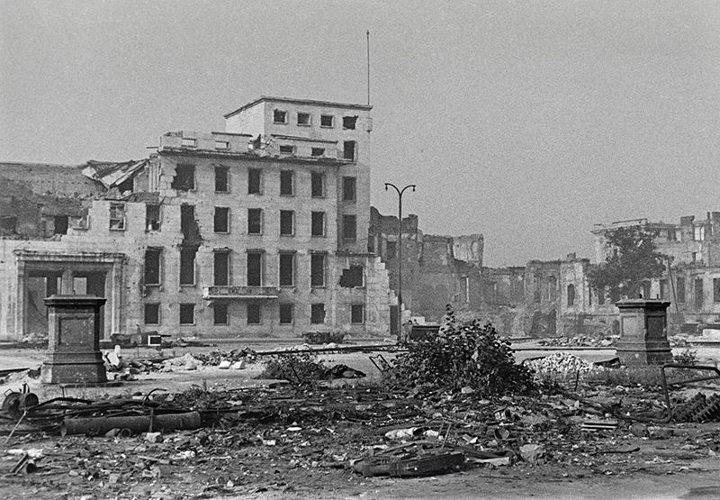 Wilhelmplatz. Ruinen des Erweiterungsbaus der Reichskanzlei; Berlin, 1945–1951