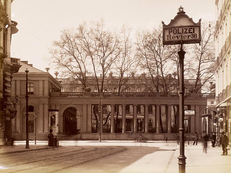 Blick aus der Kochstrafle auf die Kolonnaden des Prinz-Albrechts-Palais, Berlin, um 1885