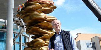"""Tony Cragg mit neben seiner Skulptur """"Werdendes"""""""