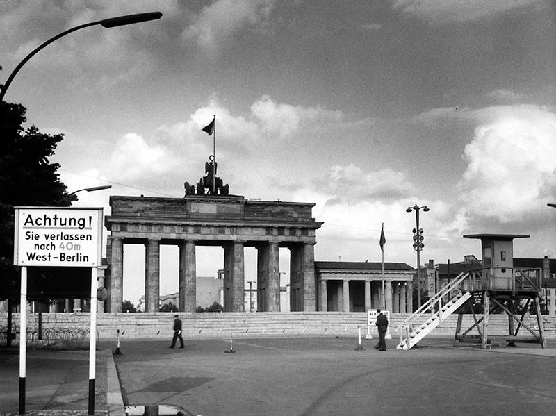 Brandenburger Tor mit Mauer (die lenkende Göttin wieder mit empor gerecktem Lorbeerkranz)