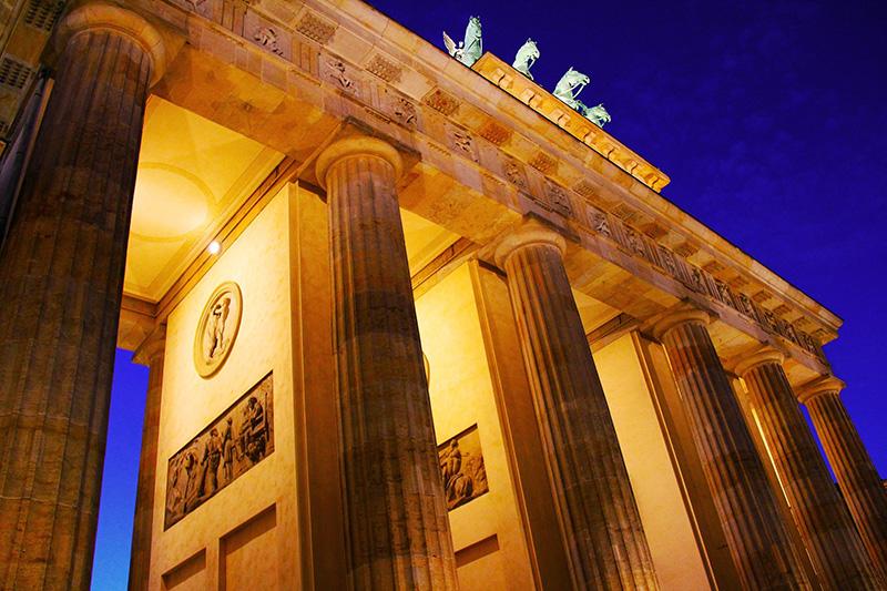 Auf den Reliefs der Durchgänge ist die Geschichte des griechischen Helden Herkules dargestellt