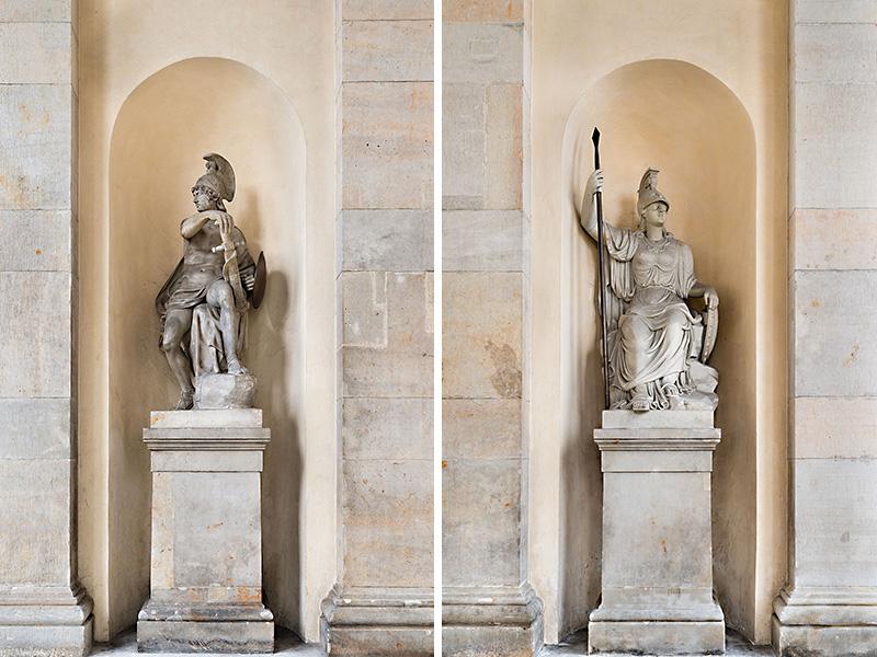 Mars (links) und Minerva (rechts) in den Nischen der Außenwände